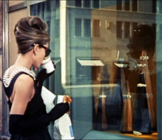 "Odri Hepbern u ""Doručku kod Tifanija"", By Trailer screenshot - Breakfast at Tiffany's trailer, Public Domain, https://commons.wikimedia.org/w/index.php?curid=16292840"