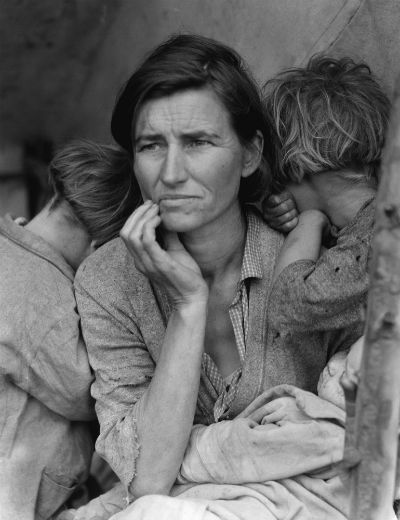 Dorotea Lang: Majka migrant, By Dorothea Lange, Farm Security Administration / Office of War Information / Office of Emergency Management / Resettlement Administration - This image is available from the United States Library of Congress's Prints and Photographs division under the digital ID fsa.8b29516.This tag does not indicate the copyright status of the attached work. A normal copyright tag is still required. See Commons:Licensing for more information.العربية | čeština | Deutsch | English | español | فارسی | suomi | français | עברית | magyar | italiano | македонски | മലയാളം | Nederlands | polski | português | русский | slovenčina | slovenščina | Türkçe | українська | 中文 | 中文(简体)‎ | 中文(繁體)‎ | +/−(cropped to removed negative frame, mild retouching to remove worst dust and scratches from scan);, Public Domain, https://commons.wikimedia.org/w/index.php?curid=52734